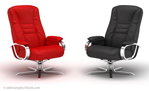 Zwei Bürostühle.