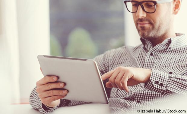 Conseil d'anglais des affaires n ° 8: lire (Homme lisant sur un iPad)