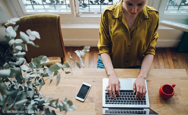 Conseil d'apprentissage de l'anglais des affaires: rédigez des e-mails en anglais (femme à l'ordinateur)